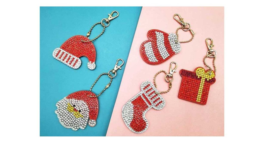 Key chains with Christmas motifs